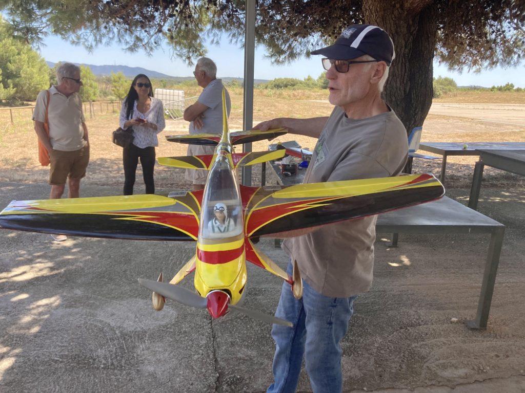 Moniteur et avion maquette jaune