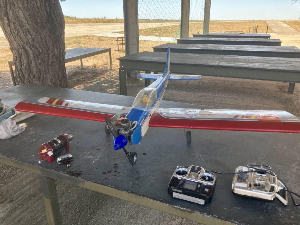 Avion maquette gris et rouge